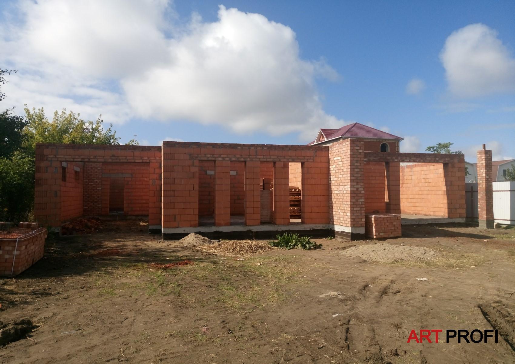 Строительство домов. Одноэтажный дом в современном стиле.