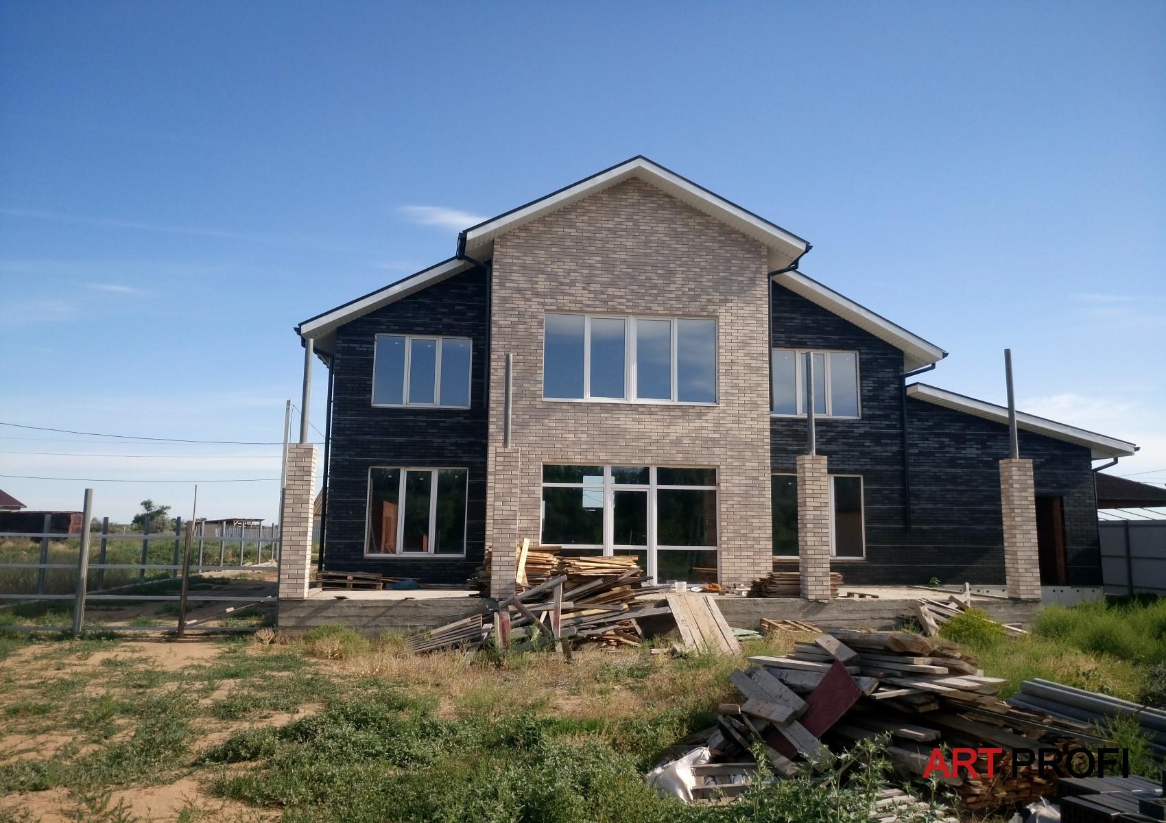 Строительство домов. Дом из черного кирпича.