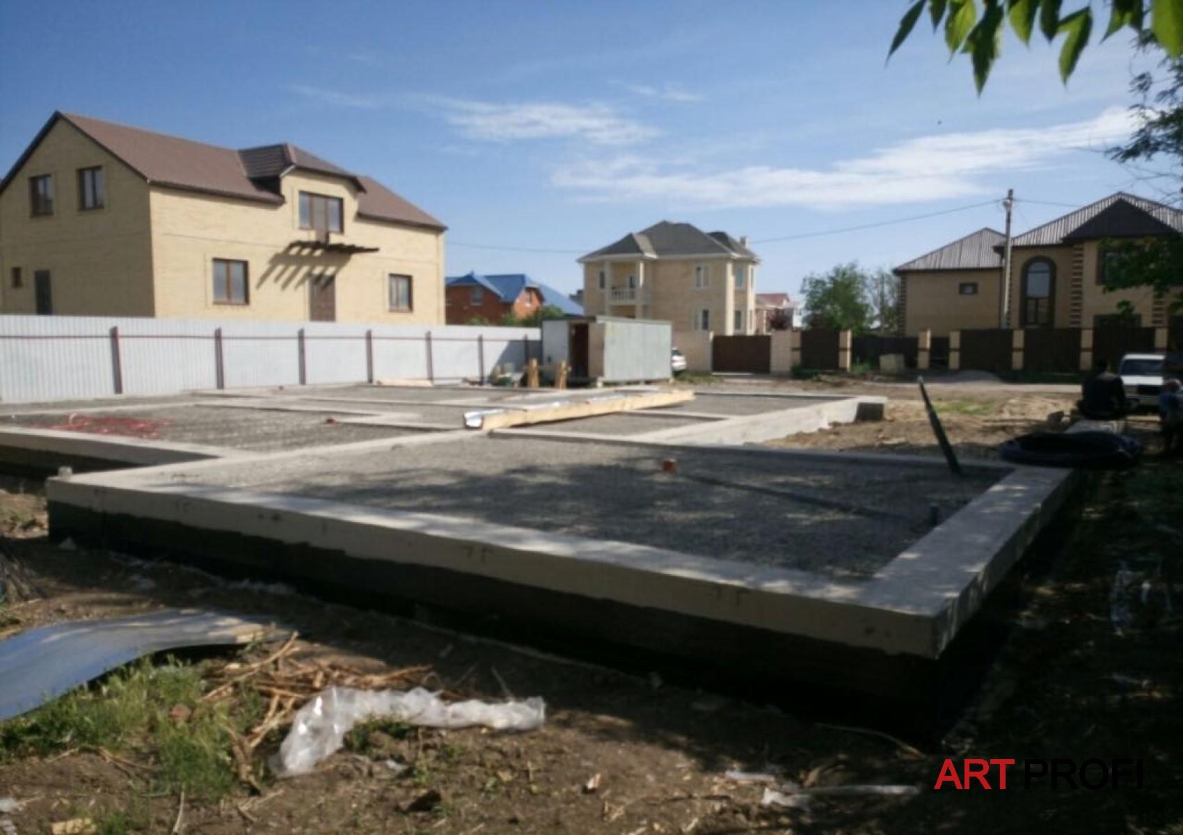 Строительство домов. Заливка фундамента.