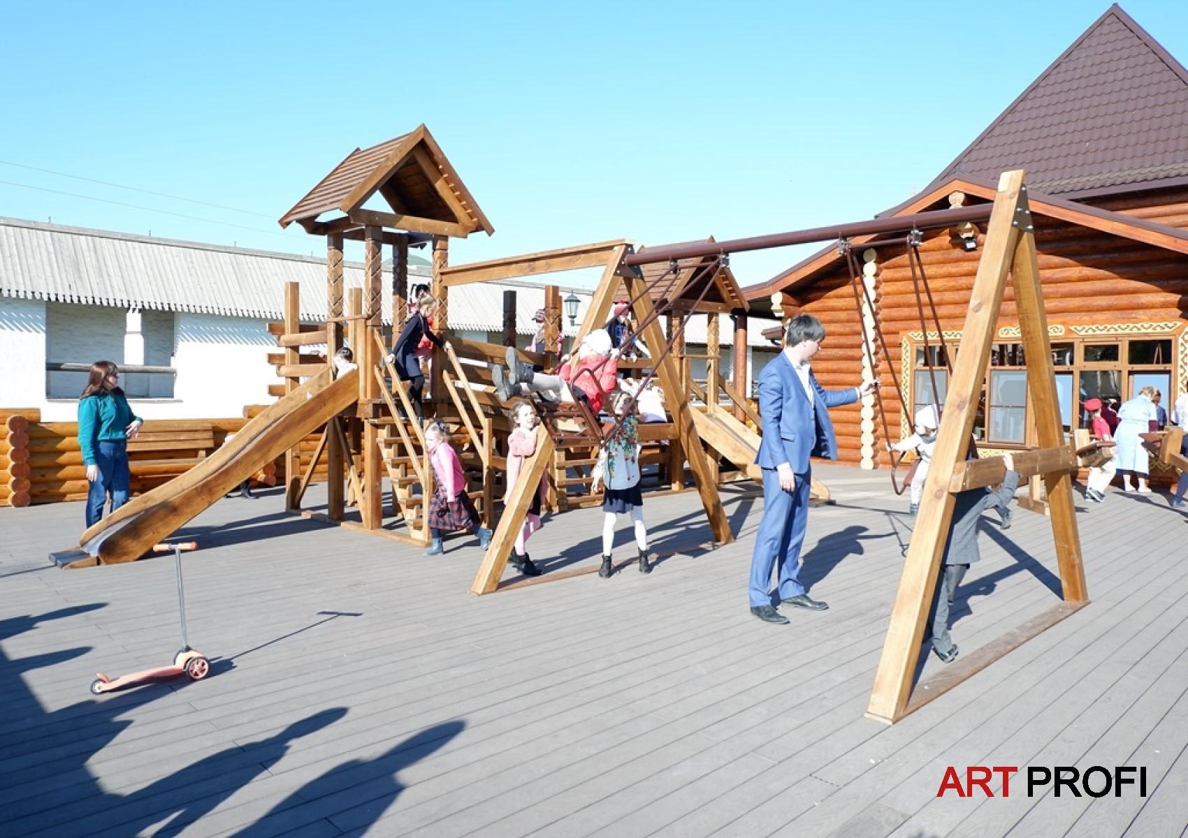 Строительство домов. Детская площадка в Астраханском Кремле.